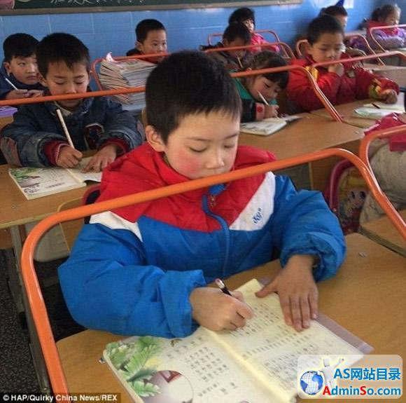实在是高!武汉小学启用新型防近视课桌(图)