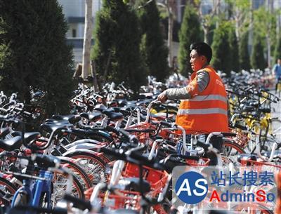 单车围城考验运管能力:有人从垃圾堆里拽出自行车