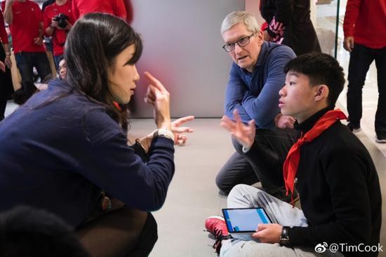 库克在上海为苹果AR站台:参观小学与开发者见面