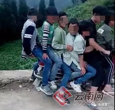 """云南7个""""熊孩子""""共骑一摩托为拍网络视频博眼球"""
