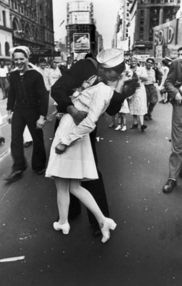 """二战著名照片""""胜利之吻""""男主角去世:享年95岁"""