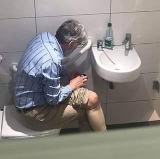 国际象棋大师比赛休息时在厕所用手机作弊,被禁赛