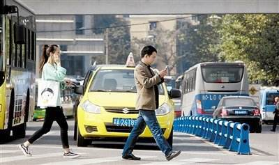 """立法处罚""""过马路看手机"""",并非小题大做"""