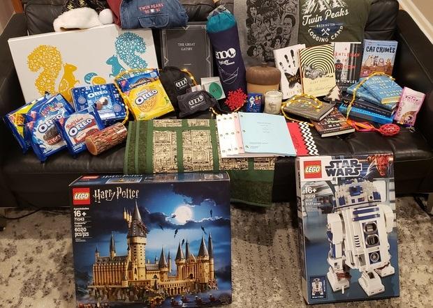 幸运女生收到比尔·盖茨圣诞礼物:36公斤巨型礼盒,十几种特别礼物