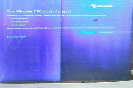尴尬一幕:英国地铁站电子显示屏出现微软Windows7全屏升级提示
