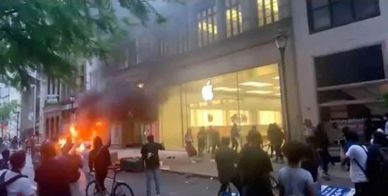 美国民众抗议警方暴力执法亚马逊苹果等被迫关闭门店