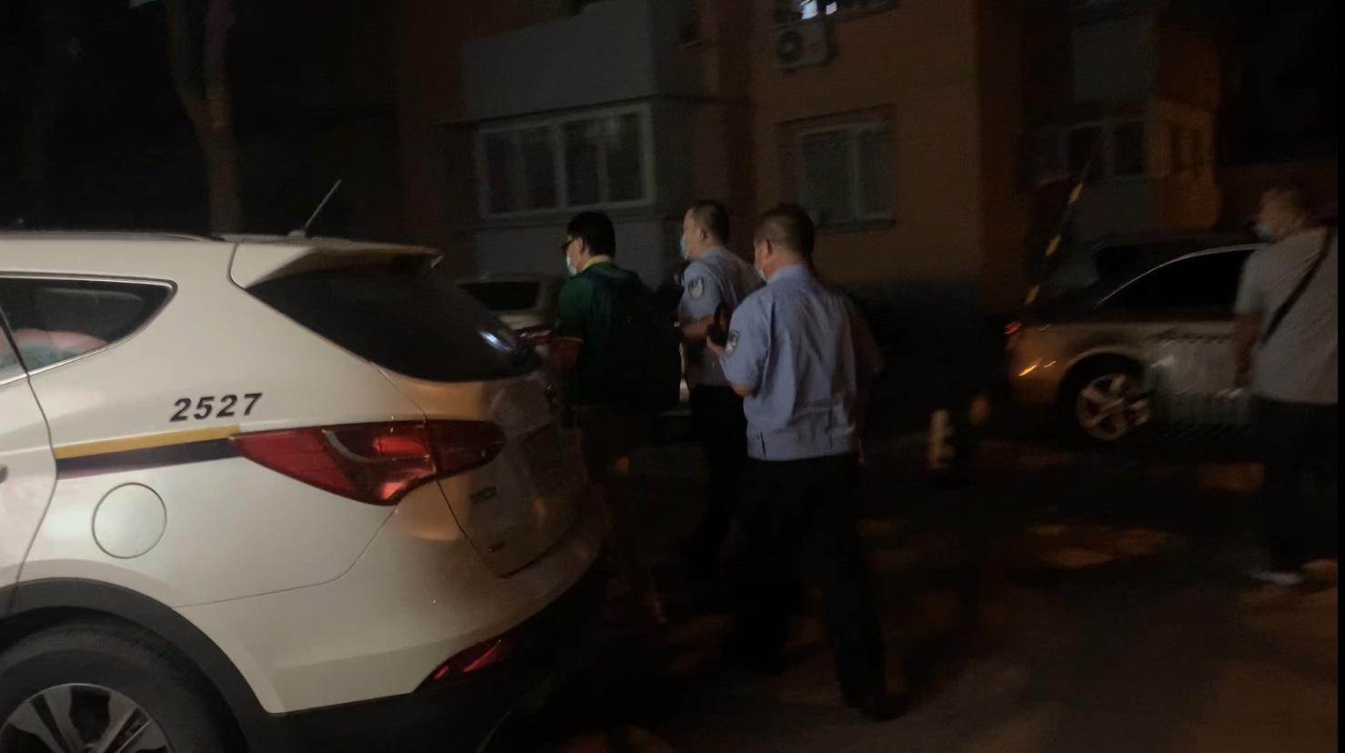 调查超10小时后,李国庆被警车带离香河园派出所