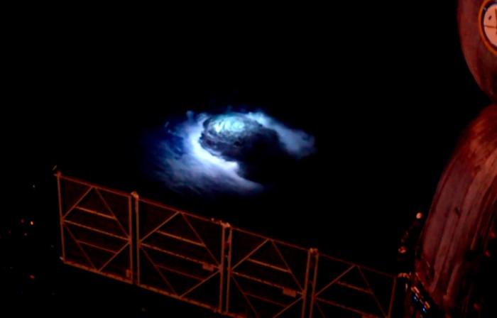 """科学家利用从ISS获得的数据研究""""蓝色喷流""""等怪异的自然现象"""