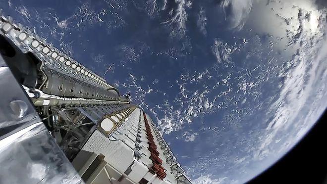 SpaceX使用八手火箭发射52颗星链卫星和两颗客户卫星