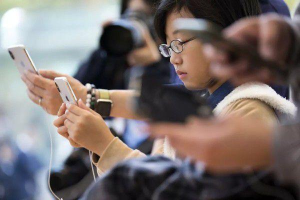 """调查:74%网友离不开手机成年人也得""""防沉迷""""?"""